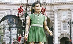木製の巨大なマリオネット少女の映像『The Little Girl Giant』